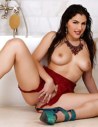 May treat Valentina Nappi rubs her pussy in the tub to excite you